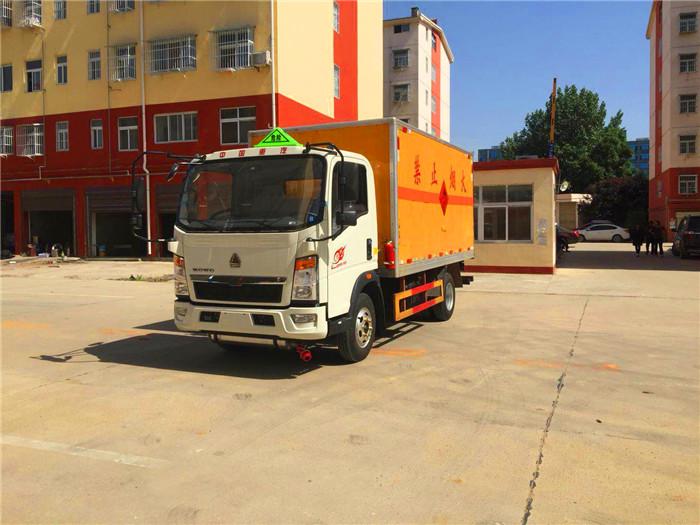 重汽4.2米易燃气体厢式运输车