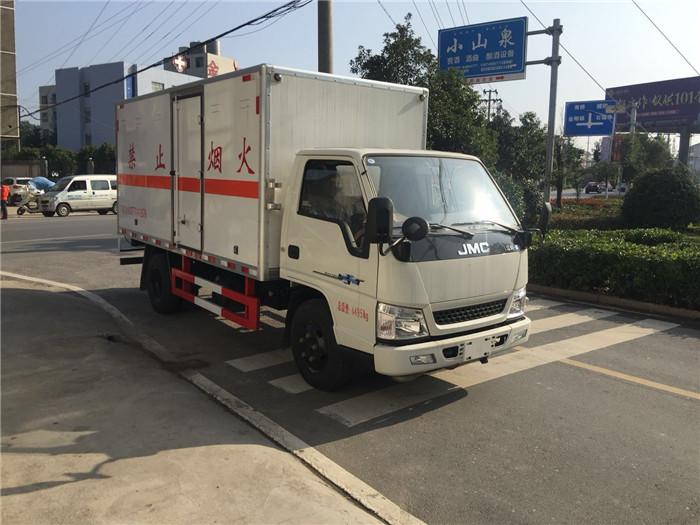 江铃4.2米易燃液体厢式车