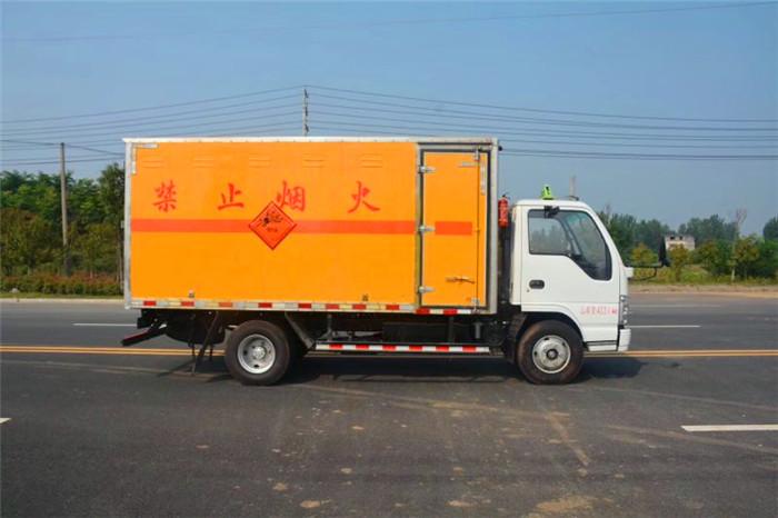 庆铃4.2米蓝牌易燃液体厢式运输车
