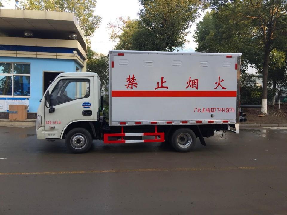 跃进易燃固体箱式运输车