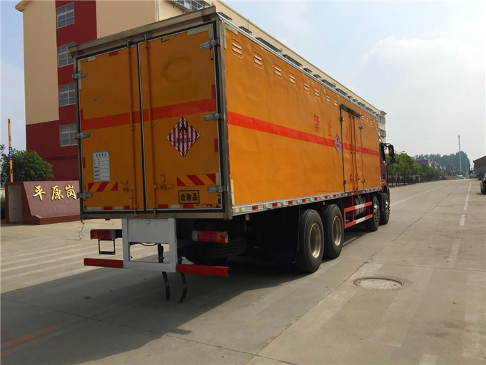 解放大型易燃固体箱式运输车