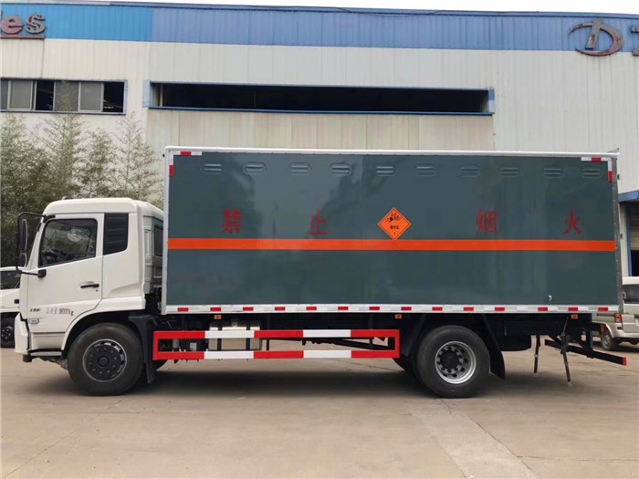 东风天锦6.6米腐蚀性物品厢式运输车