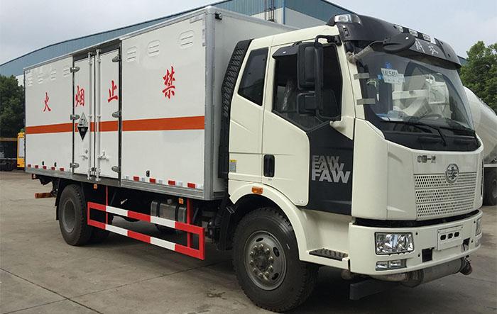 解放6.2米危险废弃物箱式运输车