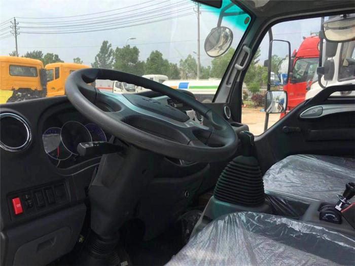 5吨江淮气瓶运输车驾驶室内部图