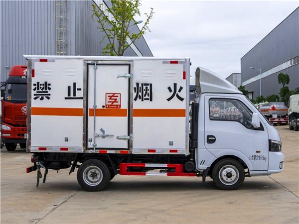 国六东风途逸危险品厢式运输车